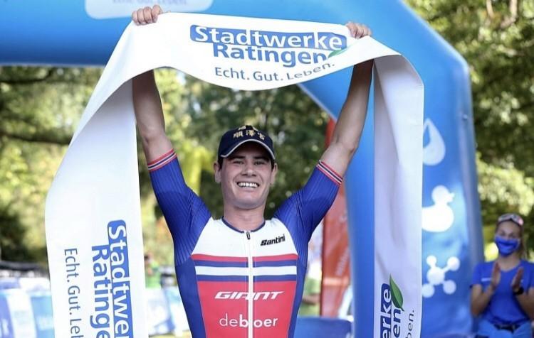伊登「神帽」神話再現,德國奪三鐵冠軍。(照片翻攝自Ratingen-Triathlon Facebook粉絲專頁)