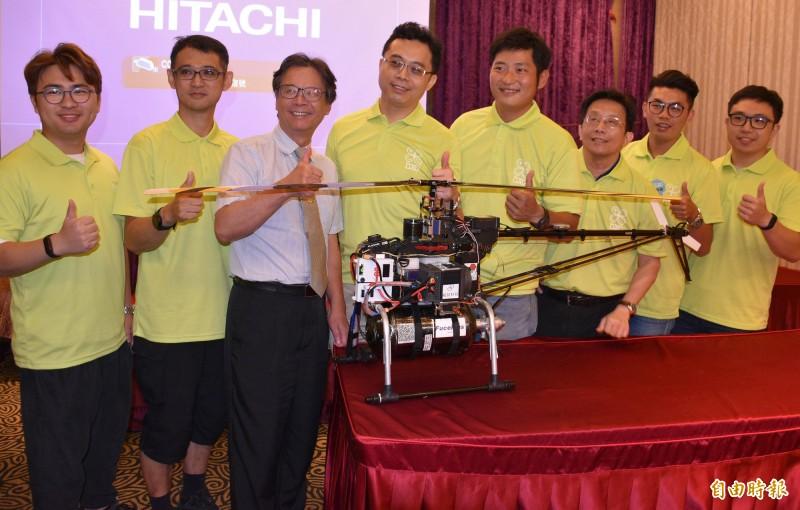 科技部無人機創新大獎賽,元智大學團隊成功挑戰龜山島,校長吳志揚(左3)和全校師生得知喜訊相當振奮。(記者李容萍攝)