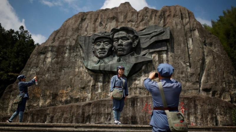 中國遊客穿著井岡山紅軍制服在井岡山景點拍照留念。(路透)