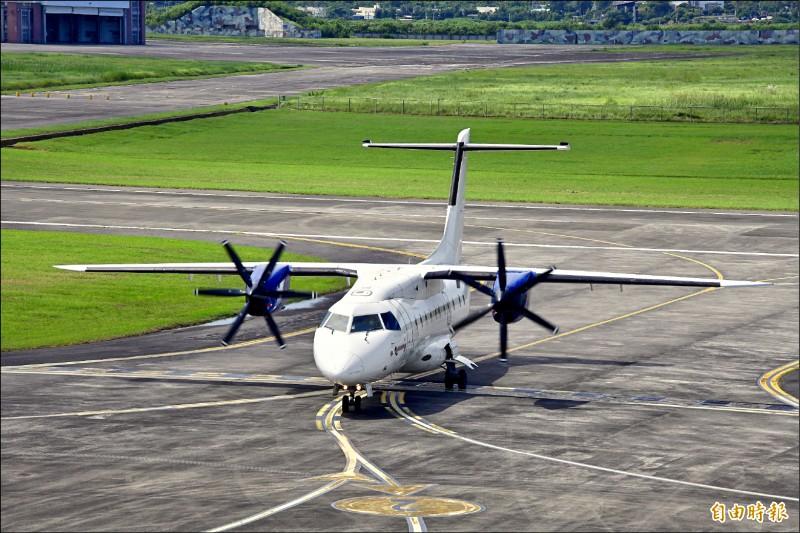 菲律賓白金航空的班機昨降落恆春機場。(記者蔡宗憲攝)