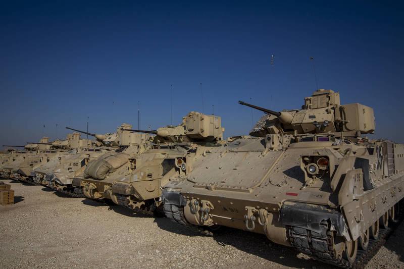 美國國防部近期朝敘利亞增援超過100名官兵,部署防空雷達布雷德利戰車,以保護聯軍安全,圖為美軍布雷德利戰車。(美聯社)