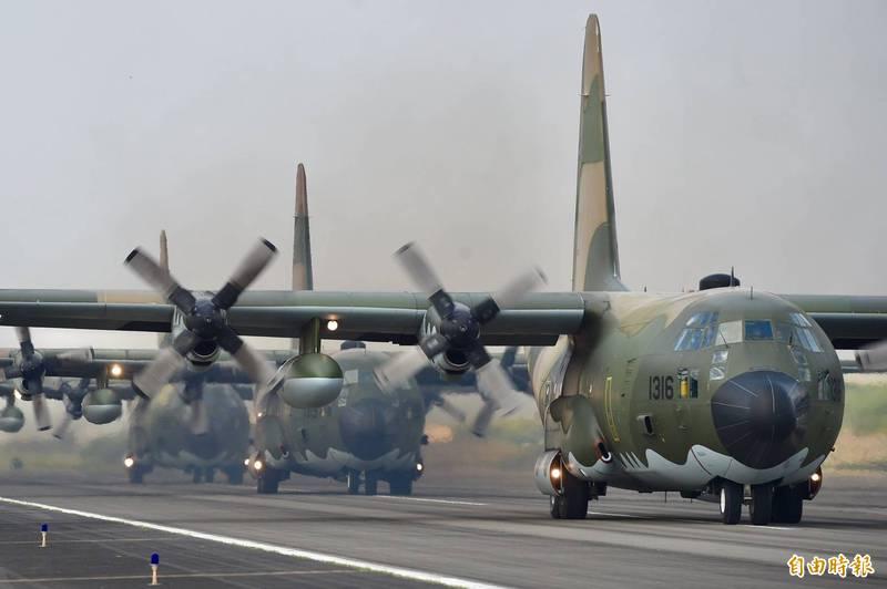 國防部22日舉行「空軍第六混合聯隊」媒體參訪活動,安排C-130H、E-2K及P-3C三型機空中動態表演。圖為C-130H運輸機。(記者羅沛德攝)