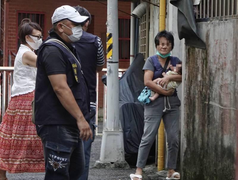 台北市內湖康寧路一段一處私人養護所22日發生火警,臥床長者2死1命危,養護所丁姓業主(右)在拉封鎖線時匆匆經過,隨即躲進巷內。(記者張嘉明攝)