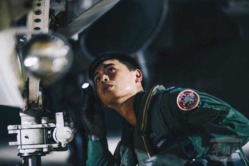 澎湖IDF戰鬥機飛行員執行飛行前檢查。(軍聞社)