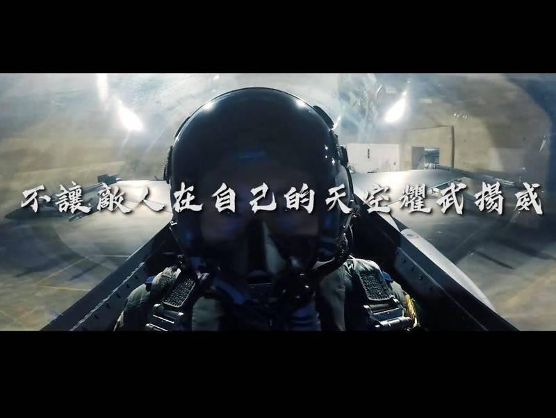 國防部稍早釋出一段「聯合防空作戰訓練」的影片,霸氣表示「確保主權的決心堅定不移」,讓許多網友感動讚爆。(圖取自臉書粉專「國防部發言人」)