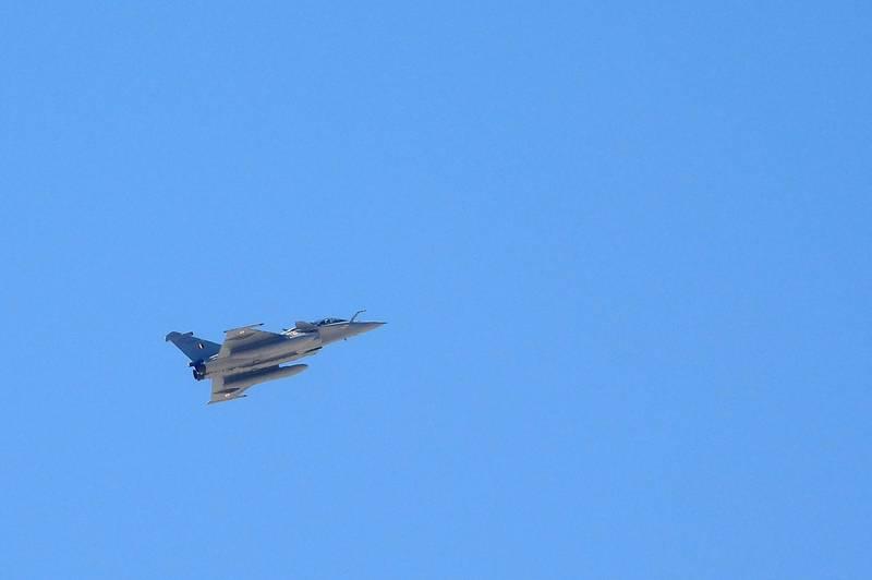 一架飆風戰機飛越拉達克地區首府列城。(法新社)