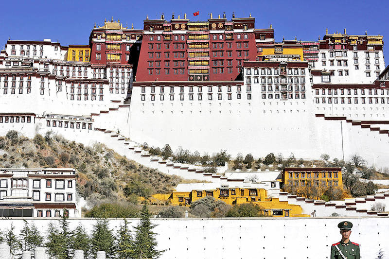 A paramilitary policeman stands guard in front of the Potala Palace in Lhasa, Tibet, on Nov. 17, 2015. Photo: Reuters