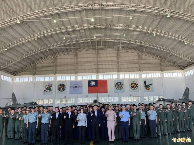 蔡英文總統今天上午前往澎湖馬公機場,視察有空防第一線的空軍第三聯隊天駒部隊。(記者蘇永耀攝)