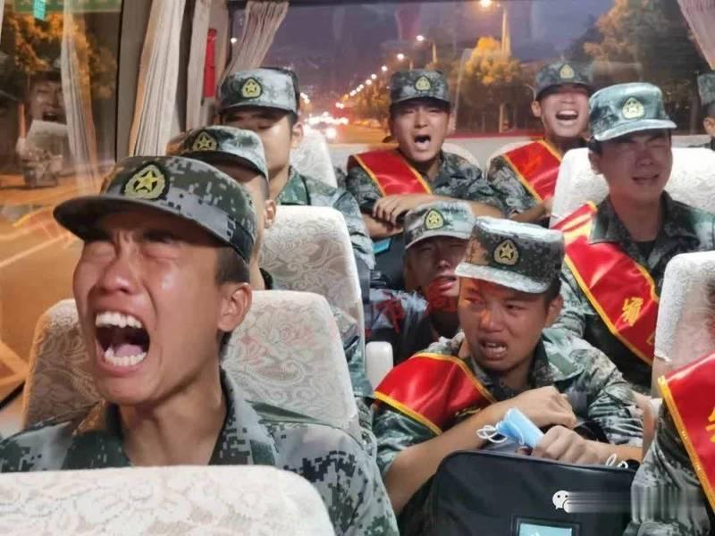 解放軍新兵在車上高唱軍歌、痛哭的影片瘋傳。(圖擷取自Twitter影片)