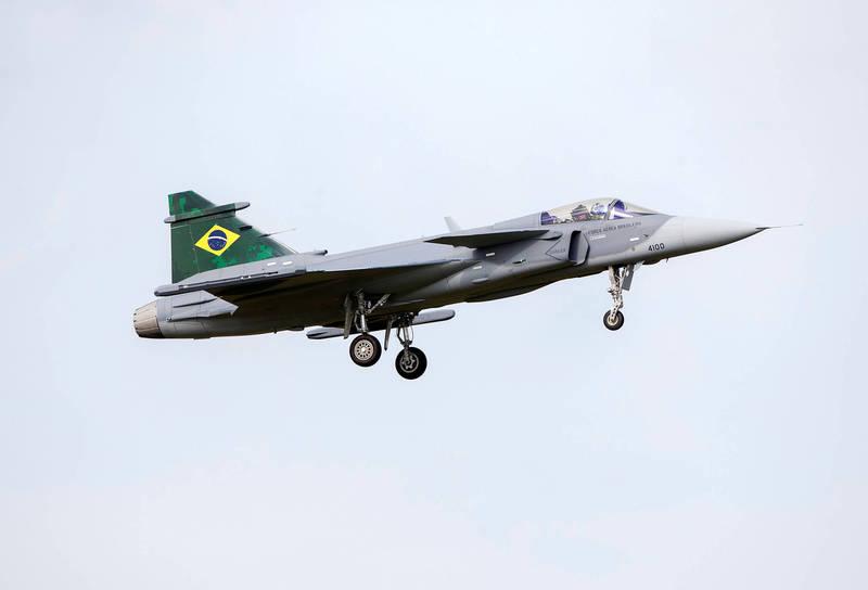 軍情動態》首架獅鷲戰鬥機飛抵巴西 預計十月對外界展示