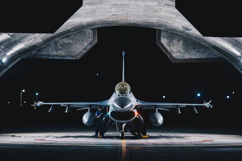 一架F-16戰機在花蓮基地待命,準備受命起飛。(軍聞社)