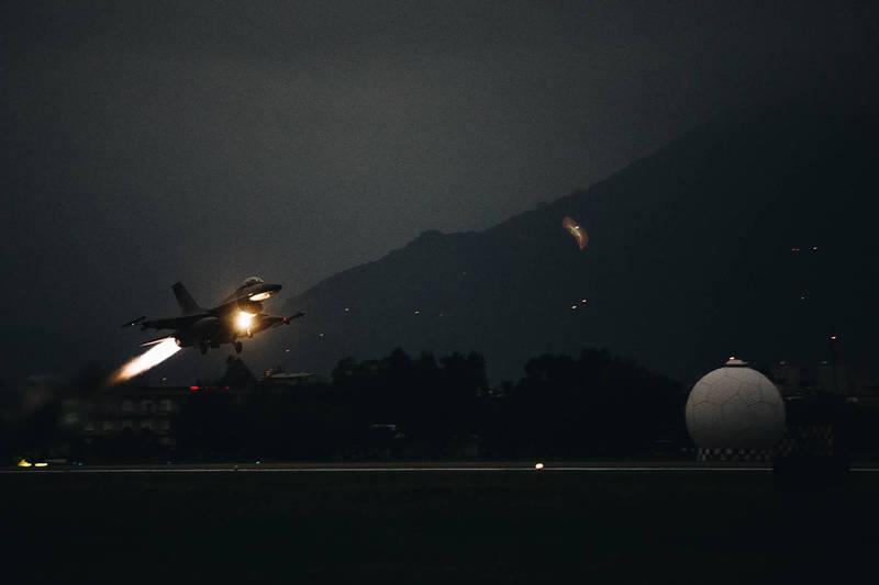 F-16戰機拂曉升空,演練攔截共軍戰機。(軍聞社)