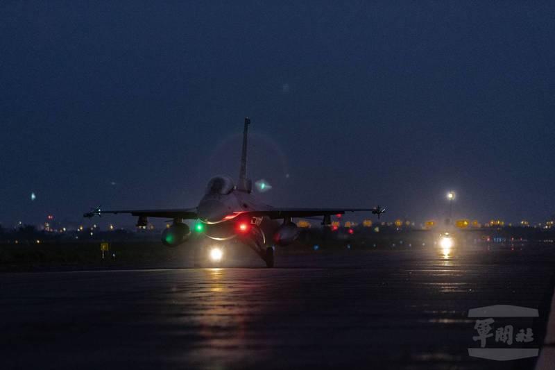 空軍戰機清晨在跑道上滑行,準備升空攔截。(軍聞社)