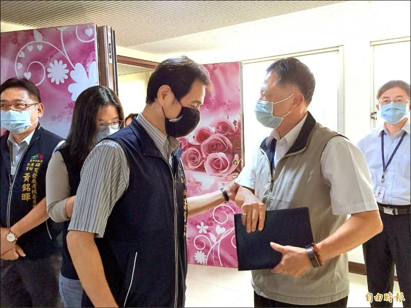 中市政風處長詹政曇(前右)四度被請出市政會議,詹無奈表示「我也想有服務機會」。(記者蘇孟娟攝)