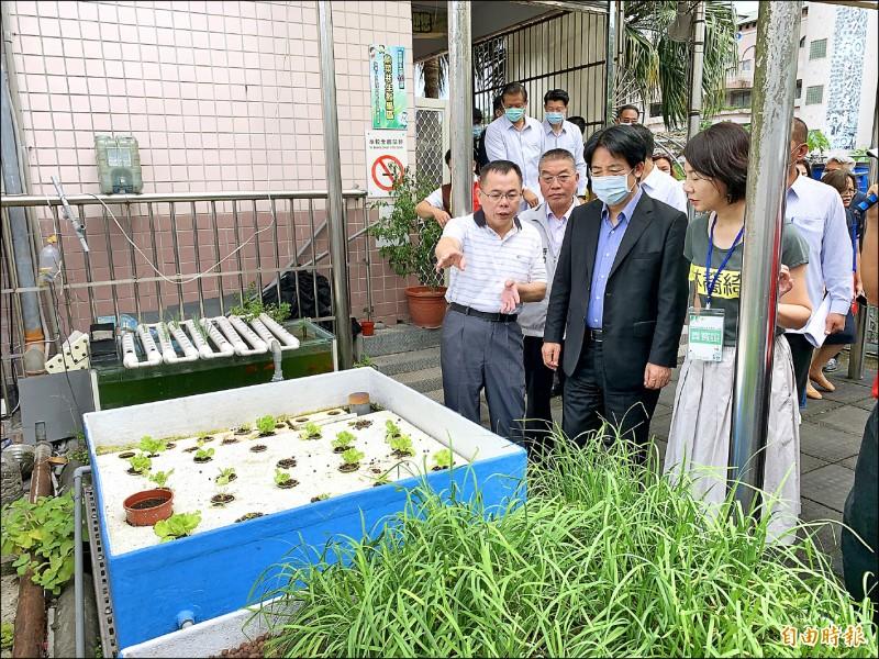 副總統賴清德(右二)到新北市瑞芳區吉慶國小訪視環境教育成果,肯定該校推廣永續循環生態教育的精神。(記者林欣漢攝)