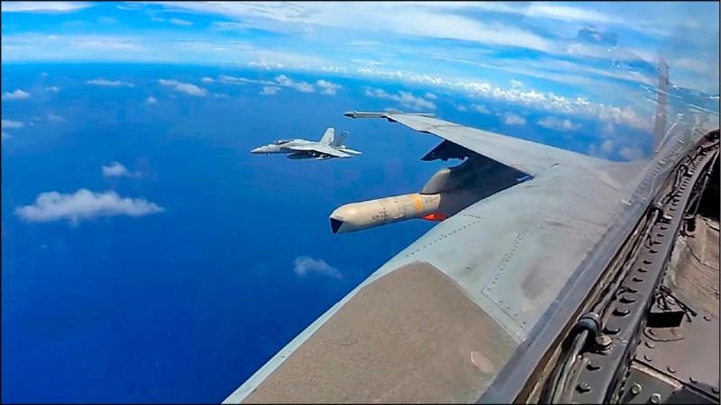 美軍「勇敢之盾」軍事演習,AGM-84H/K(SLAM-ER)增程型距外陸攻飛彈在演習中亮相。(擷取自美國太平洋艦隊臉書)