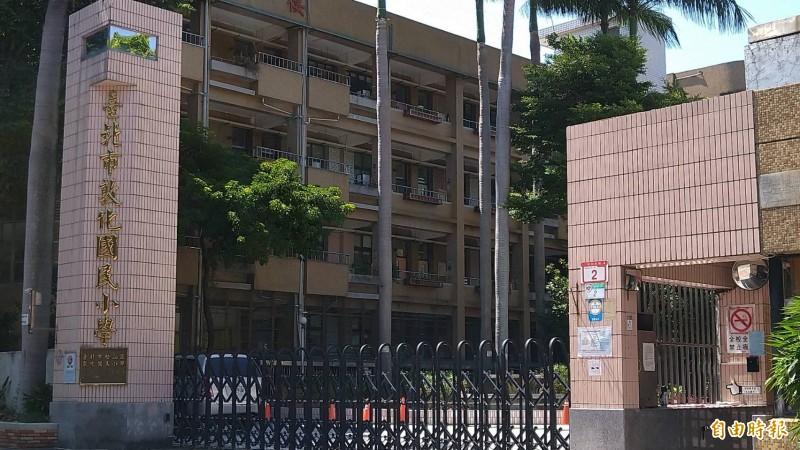 台北市敦化國小校長柯文賢被爆料,與自己小孩同學的家長大搞不倫戀。(記者蔡亞樺攝)