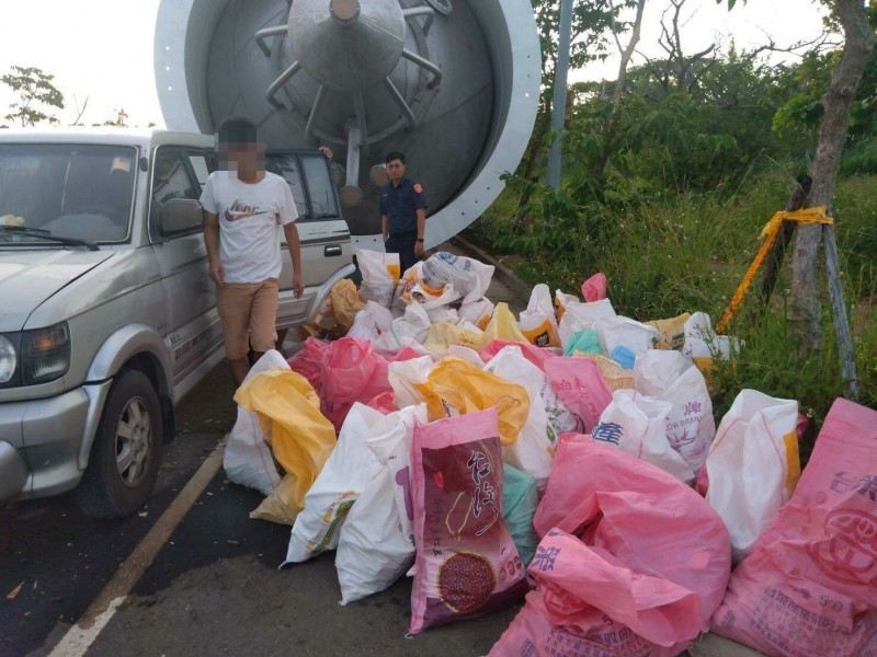 環保局與警方聯手查獲莊姓、簡姓男子丟棄廢棄物。(記者周敏鴻翻攝)
