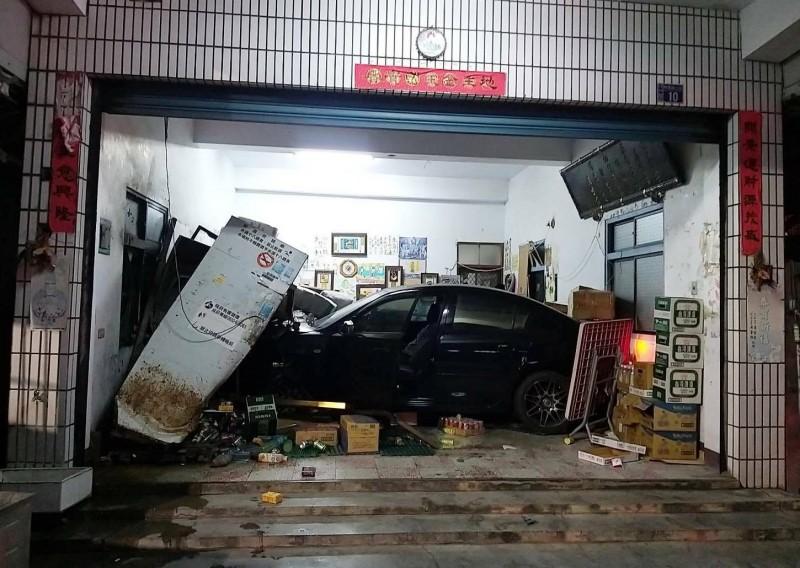 北斗鎮一家雜貨店飛來一台車,轎車失控撞進店內,把店內商品被撞的散落一地。(記者陳冠備翻攝)