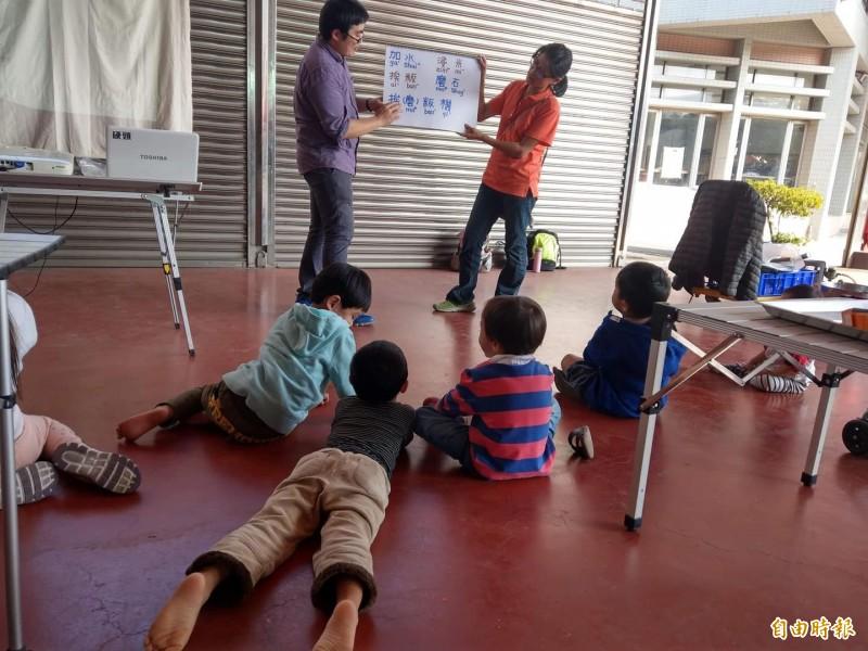 王湘仁將製粄流程拆解成客語單字,為小朋友們上課。(記者許倬勛攝)