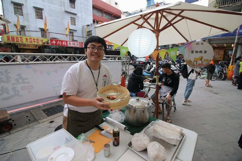 38歲王湘仁是客語薪傳師,將客語結合粄食教學,盼傳承手藝與文化。(王湘仁提供)