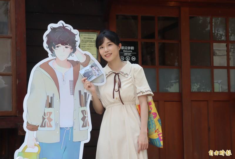 出身大溪的漫畫家左萱,和她為木博館8棟古蹟及歷史建築館舍量身設計的漫畫人物形象。(記者李容萍攝)