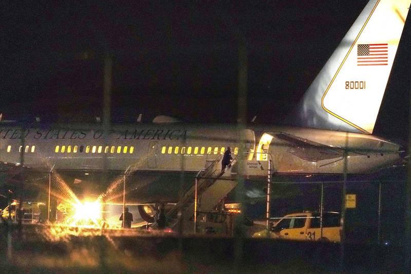 美國副總統彭斯(Mike Pence)原訂今日搭乘班機要從新罕布什爾州返回白宮,但稍早驚傳飛機起飛後引擎出現故障,班機被迫立即返航。(美聯社)