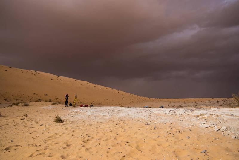 科學家在沙烏地阿拉伯內夫得沙漠(Nefud Desert)的阿拉特哈古湖(Alathar lake)遺跡中,發現數百個因沉積物侵蝕而成的足跡化石。(路透)