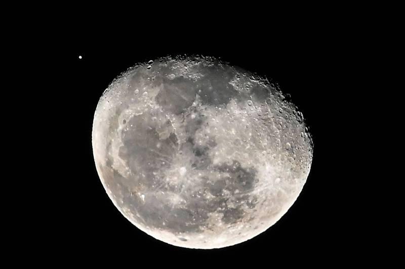 美國太空軍和美國太空總署(NASA)在21日簽署新的備忘錄,奠定雙方合作的基礎,新備忘錄聚焦在月軌內空間(cislunar space)的探索和監測。(法新社)
