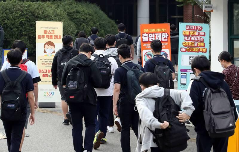 南韓防疫單位今日公告,22日增加110例確診,中止連續3日保持2位數的單日紀錄。圖為南韓學生上課情景。(路透)