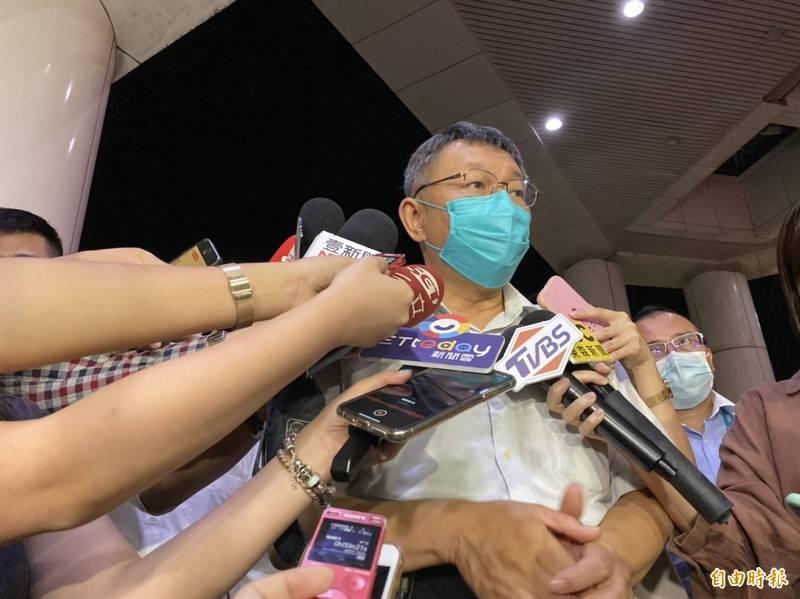 台北市議員要官員默哀30秒,並要求柯文哲針對養護所火警列席報告,批評市府應該徹底檢討查核機制,更直指柯別再做總統的春秋大夢。(記者楊心慧攝)