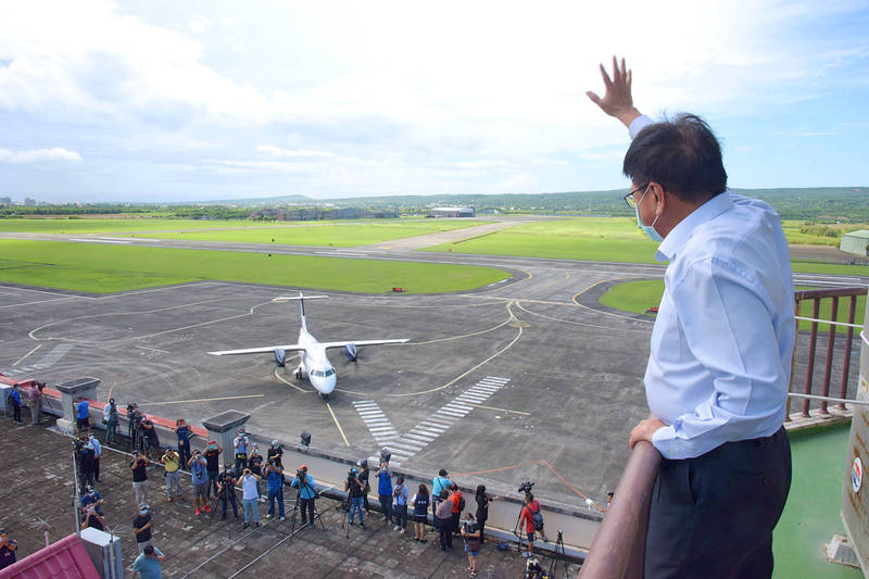 Pingtung County Commissioner Pan Meng-an waves to the crew of a Platinum Skies passenger jet at Hengchun Airport on Monday as the aircraft arrives on a trial flight from Manila.  Photo courtesy of Pingtung County Government via CNA