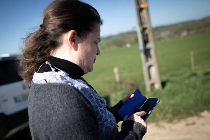 英國一個小村每天早上7點網路就會斷線,已持續了1年半時間。網路公司派員實地調查,才發現是某戶人家的老舊電視機在干擾了全村的網路訊號。圖僅示意。(法新社)