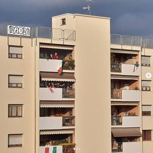 在熱戀期間,米歇爾甚至在公寓頂樓高掛有柏菈名字的布條示愛,由於兩人所在地和名劇《羅密歐與茱麗葉》故事發源地相同,在陽台結緣的情節也十分相似,當地人都將這段佳話稱為「現代版羅密歐與茱麗葉」。(擷取自IG)