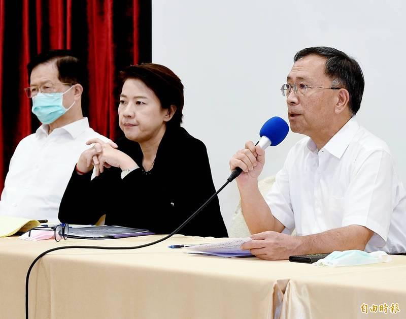 台北市內湖康寧路一家無照安養院22日發生大火釀成三死意外,蔡炳坤(右)、台北市副市長黃珊珊(左2)23日召開記者會,說明初步調查結果。(記者朱沛雄攝)