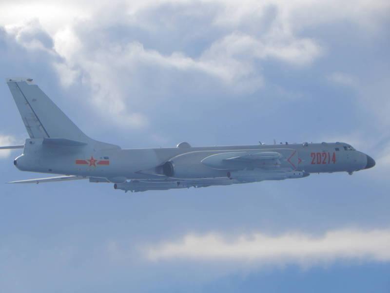 國防部拍攝到中國轟6軍機掛載4枚鷹擊12型超音速反艦飛彈,侵擾我西南空域,對台美挑釁意極為濃厚。(圖:國防部提供)