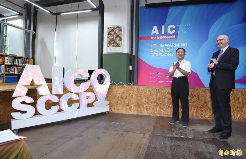 台北市副市長蔡炳坤(左)今天表示,台北大巨蛋最快在2022年完成,台北市政府推動「今年北流、明年北藝、後年大巨蛋」,相信將帶動地方繁榮。(記者廖振輝攝)