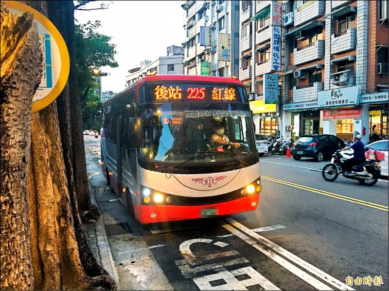 桃園市已有23條路線免費巴士改為收費市區公車。(記者謝武雄攝)