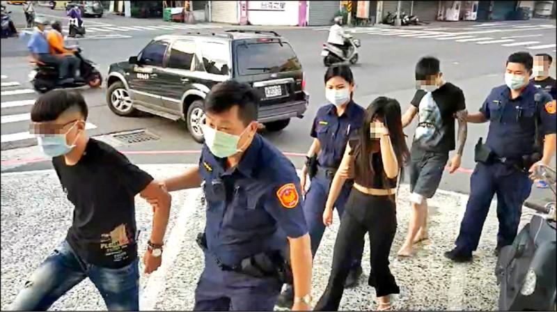 鳳山區街頭爆衝突,警方當日晚間查緝22人到案。(記者陳文嬋翻攝)