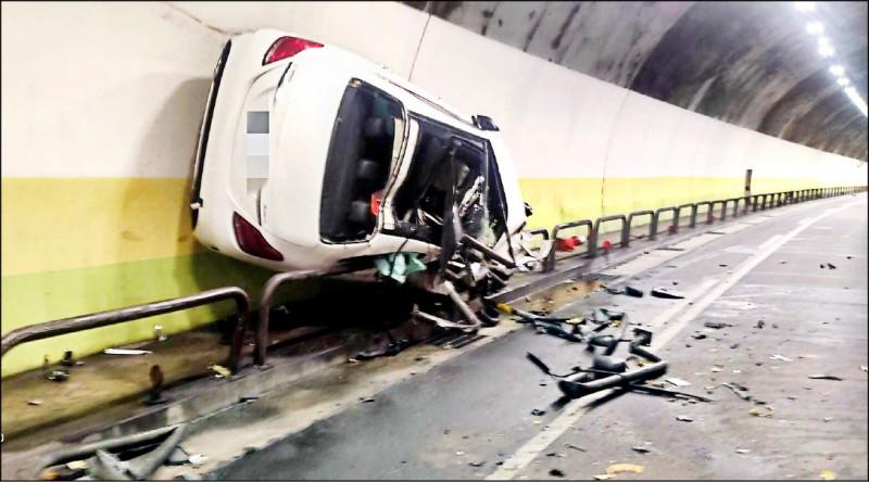 北市一名酒駕男將賓士車開上隧道壁面,刷行約200公尺才停下。(記者鄭景議翻攝)