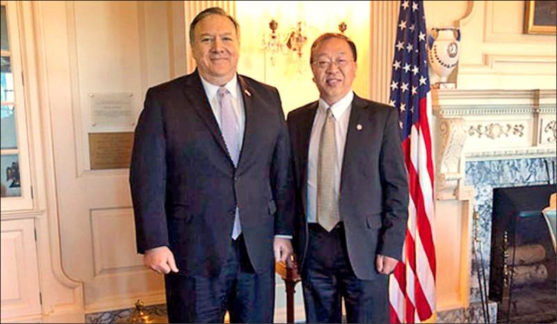 余茂春(右)與美國國務卿龐皮歐(左)。(取自網路)