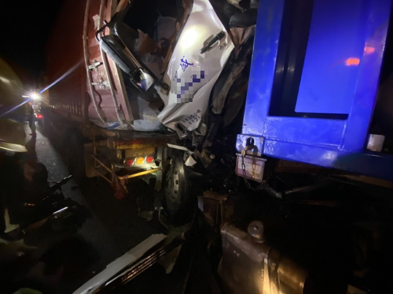 1部化學槽車今晚行經中山高新營休息站附近追撞前方貨車,槽車駕駛被救出後送醫。(記者王涵平翻攝)