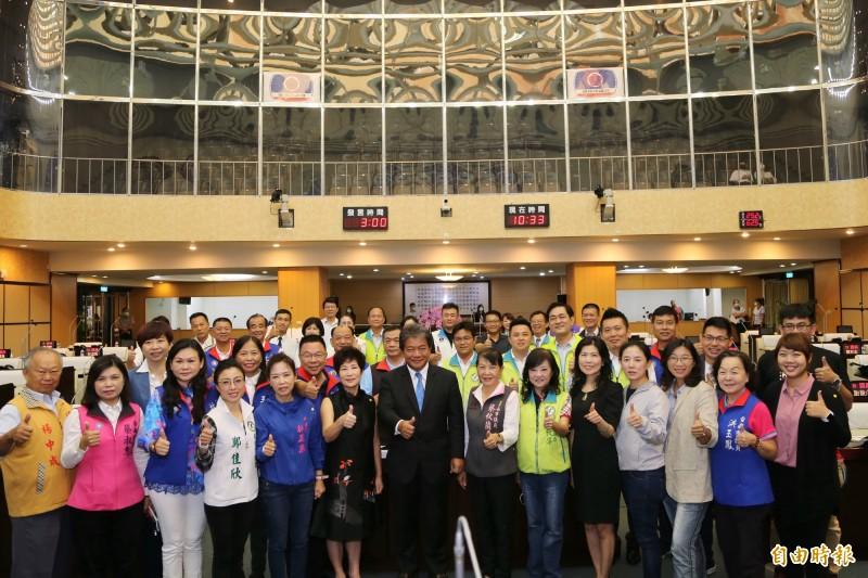 台南市議會獲公督盟透明度評比獲得第一名,南市議會全體議員與有榮焉。(記者蔡文居攝)