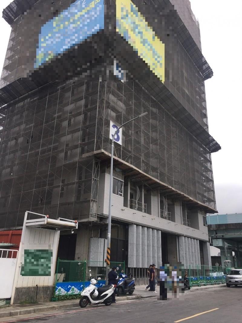 今上午8許,板橋區華江五路與環河西路4段交叉路口的工地發生工人墜樓意外。(記者陳薏云翻攝)