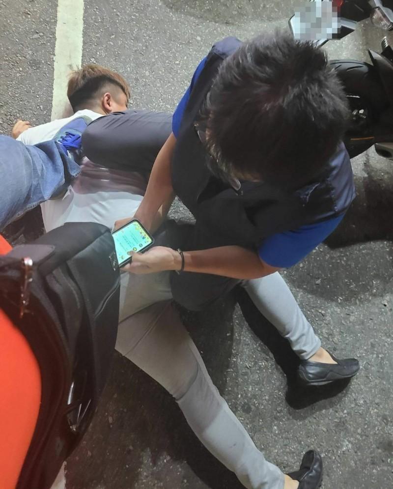 黃姓男子昨天在龍井搶劫計程車司機還割頸,警方昨晚9點多在沙鹿北勢東路將他當街壓制在地逮捕。(記者陳建志翻攝)