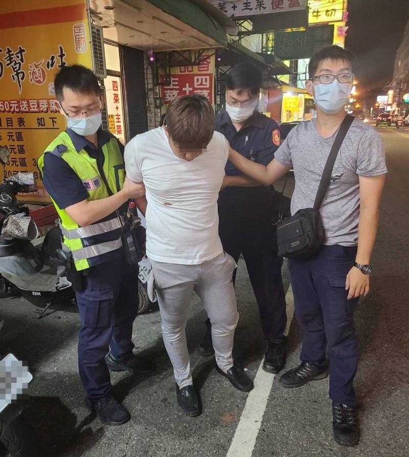 台中黃姓男子(左2)昨天行搶計程車司機還割頸,犯案6小時候就在沙鹿落網。(記者陳建志翻攝)