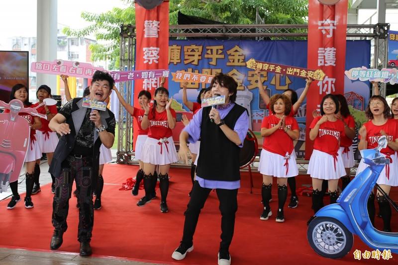歌手蕭牧時、葉開揚創作「交通隊之歌」。(記者邱芷柔攝)