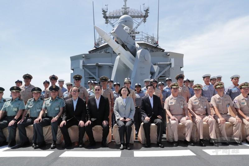 總統蔡英文視導澎湖146艦隊,和子儀軍艦官兵合影。(軍聞社)