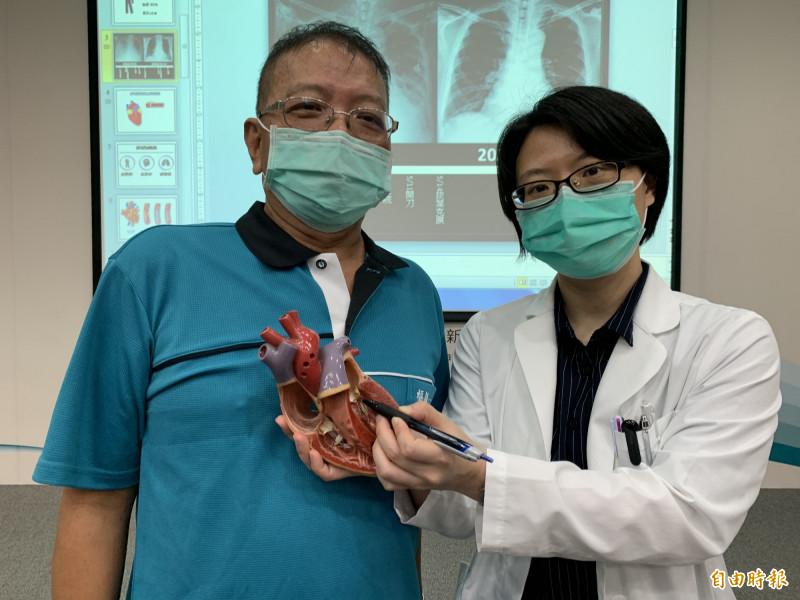 醫師吳詠斯指紀先生急性心肌梗塞造成重度二尖瓣鍵索斷裂逆流,嚴重心衰竭,葉克膜也加入搶救。(記者蔡淑媛攝)