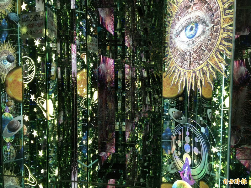 全新的黃金隧道,除了運用玻璃與燈光的絕美展現,加入浩瀚宇宙的元素,讓人如同漫步在外太空。(記者劉曉欣攝)